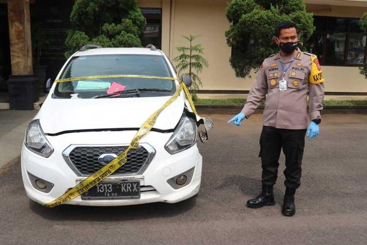 Kapolresta Bandung Kombes Pol Hendra Kurniawan tengah memperlihatkan barang bukti kendaraan korban pembunuhan empat perempuan. Korban ini merupakan driver taksi online yang tewas setelah mendapatkan pukulan kunci Inggris yang mematahkan tukang rusuknya