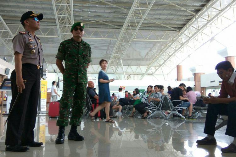 Kapolresta Pontianak, Kombes Pol Iwan Imam Susilo bersama Komandan Kodim 1207/BS, Kolonel Jacky Ariestanto saat meninjau lokasi ambruknya plafon di ruang tunggu terminal keberangkatan Bandara Internasional Supadio Pontianak (27/3/2017)