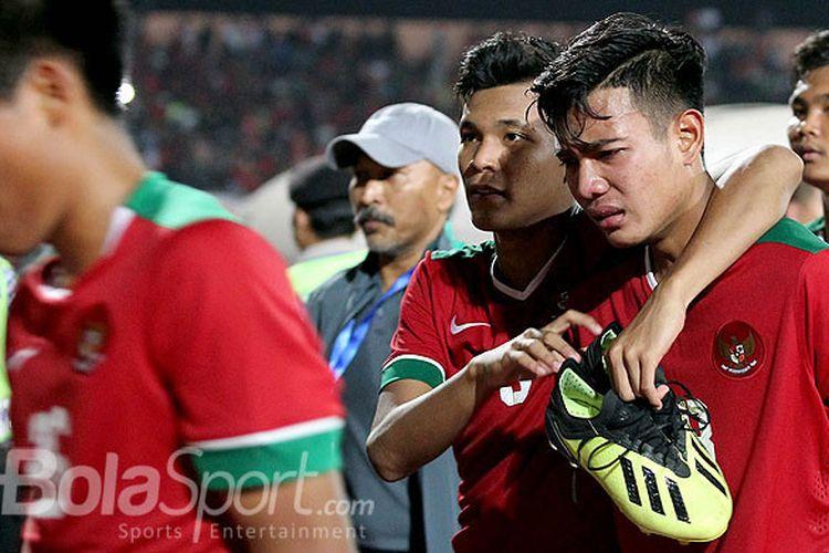 Gelandang timnas U-16 Indonesia, Brylian Aldama menangis seusai melawan Malaysia pada laga semifinal Piala AFF U-16 2018 di Stadion Gelora Delta Sidoarjo, Jawa Timur, Kamis (09/08/2018) malam.