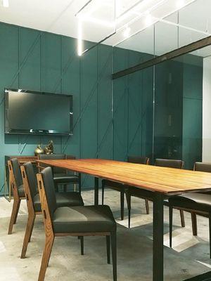 Partisi kaca bening membagi dapur dan ruang makan, tetapi terlihat menyatu dengan warna yang sama.