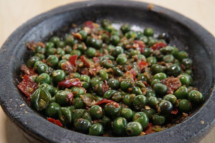 Ilustrasi sambal leunca. Leunca merupakan lalapan khas Sunda.