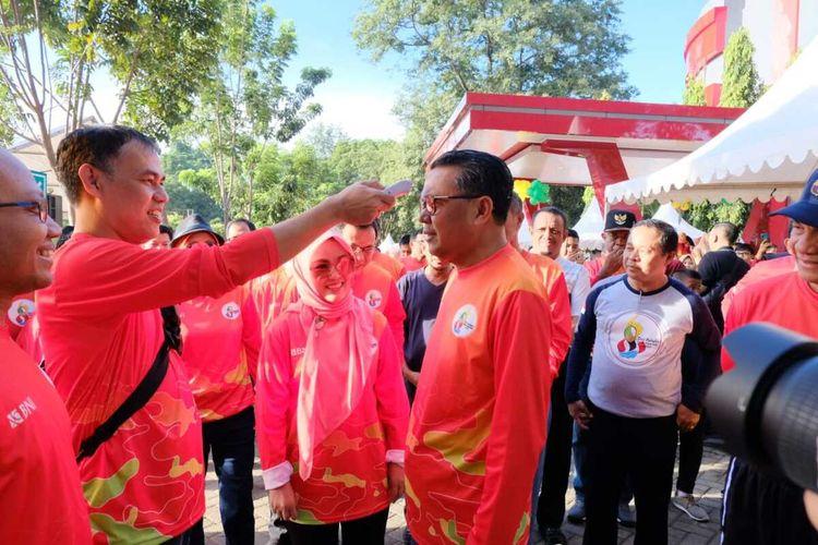 Gubernur Sulawesi Selatan Nurdin Abdullah saat suhunya diukur melalui termo scanner di pelataran Fakultas Hukum Universitas Hasanuddin Makassar, Minggu (15/3/2020).