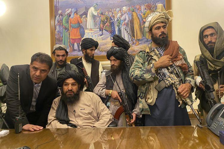 Pasukan Taliban menduduki istana presiden Afghanistan di Kabul yang telah ditinggalkan Ashraf Ghani, Minggu (15/8/2021).