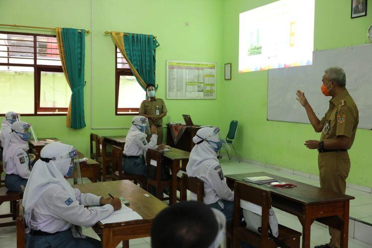 Gubernur Jawa Tengah, Ganjar Pranowo melakukan sidak ke sejumlah sekolah saat uji coba pembelajaran tatap muka (PTM) pada Senin (5/4/2021).