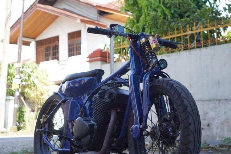 Motor custom bergaya streetcub dengan mesin 2-silinder
