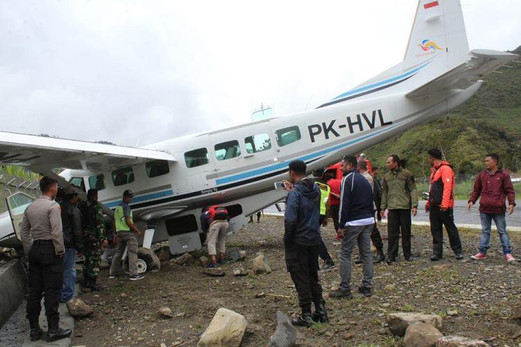 Pesawat pilatus milik Maskapai Dimonim Air tergelincir di Bandara Mulia, Kabupaten Puncak Jaya, Papua, Sabtu (17/08/2019)