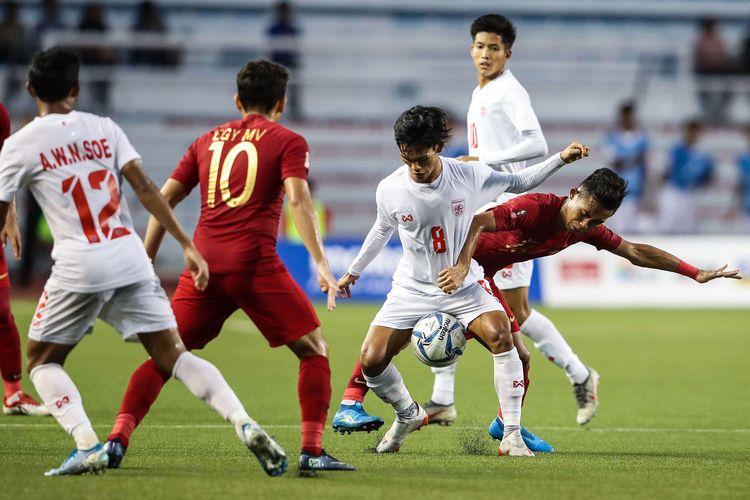 Pemain Timnas U-23 Indonesia Rizki Sani beraksi saat melawan pemain Timnas Myanmar dalam pertandingan Semifinal SEA Games 2019 di Stadion Rizal Memorial, Manila, Filipina, Sabtu (7/12/2019). Timnas Indonesia menang 4-2 dari Myanmar.