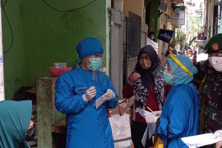 Kelurahan Sunter Agung membagikan paket obat-obatan ke rumah-rumah pasien Covid-19 yang menjalani isolasi mandiri.