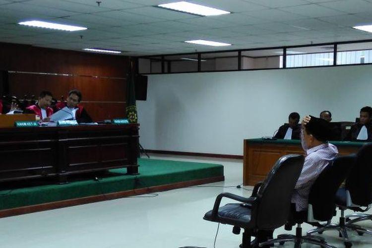 Mantan Bupati Bangkalan Fuad Amin Imron mendengarkan vonis majelis hakim di Pengadilan Tindak Pidana Korupsi, Jakarta, Senin (19/10/2015).