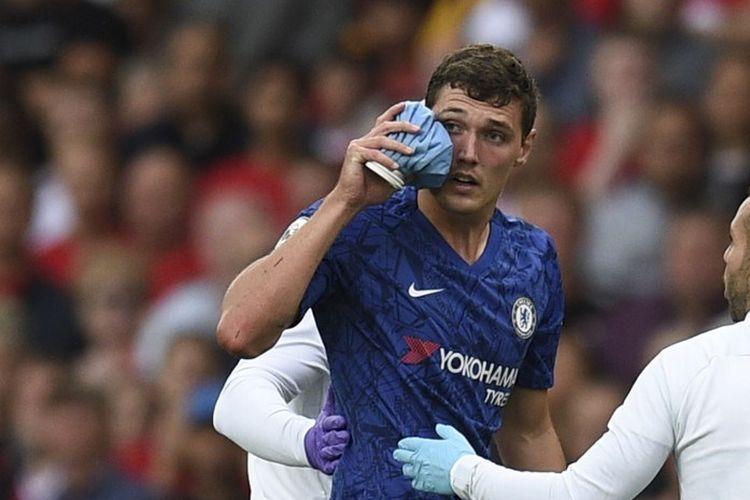 Andreas Christensen mengalami luka seusai berbenturan dengan lawan pada pertandingan Manchester United vs Chelsea dalam  lanjutan Liga Inggris di Stadion Old Trafford, 11 Agustus 2019.