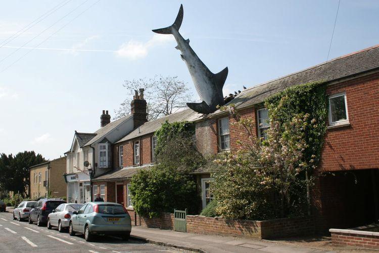 Struktur hiu di atas atap tersebut dikenal dengan nama Headington Shark.