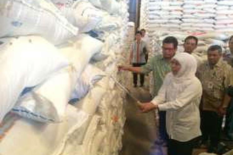 Menteri Sosial Khofifah Indar Parawansa melakukan inspeksi mendadak (sidak) ke Gudang Bulog di Kubu Raya, Kalimantan Barat, Sabtu (11/6/2016), untuk memastikan kualitas beras bagi keluarga sejahtera (Rastra)