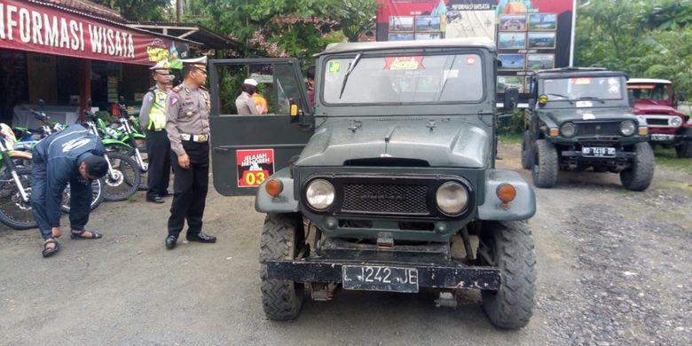 Polisi dari Satuan Lalu Lintas Polres Kulon Progo, DI Yogyakarta memeriksa kelengkapan mobil-mobil jip yang biasanya dipakai untuk melayani wisatawan yang hendak piknik di Bukit Menoreh.