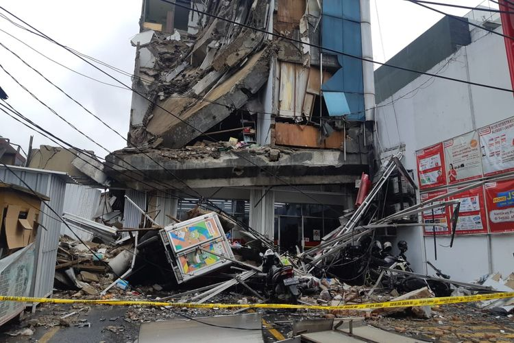 Gedung roboh di Jalan Brigjen Katamso, Kota Bambu Selatan, Palmerah, Jakarta Barat, Senin (6/1/2020) pagi.