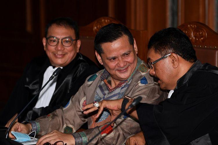 Terdakwa kasus suap penghapusan red notice Joko Tjandra, Irjen Pol Napoleon Bonaparte (tengah) berbincang dengan kuasa hukumnya dalam sidang dakwaan di Pengadilan Tipikor, Jakarta, Senin (2/11/2020). Mantan Kepala Divisi Hubungan Internasional Polri itu didakwa menerima suap 200 ribu dolar Singapura dan 270 ribu dolar AS dalam kasus penghapusan nama Joko Tjandra dari Daftar Pencarian Orang (DPO) Interpol. ANTARA FOTO/Sigid Kurniawan/WSJ.