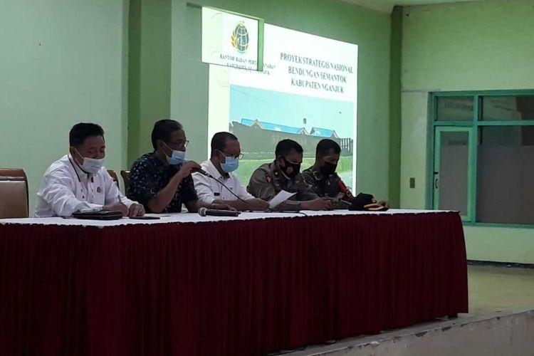 Rapat koordinasi persiapan perbaikan nominatif daftar pengadaan tanah Bendungan Semantok di Hotel & Resto Nirwana Nganjuk, Rabu (9/10/2021). Foto: Tim Penerangan Kejari Nganjuk