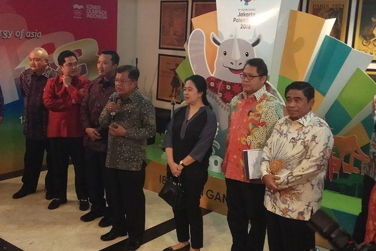 Wakil Presiden Republik Indonesia Jusuf Kalla (kelima dari kiri) berbicara di hadapan awak media seusai rapat soal Asian Games 2018 di Kantor Komite Olimpiade Indonesia (KOI), Jakarta, Sabtu (25/3/2017).
