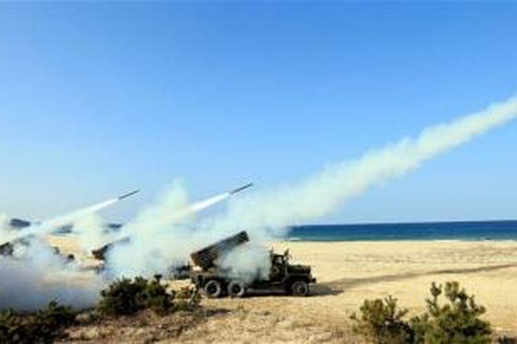 Sejumlah roket diluncurkan dari sistem peluncuran roket K-136 dalam sebuah latihan militer Korea Utara di kawasan pesisir tak jauh dari zona demiliterisasi yang memisahkan kedua korea.