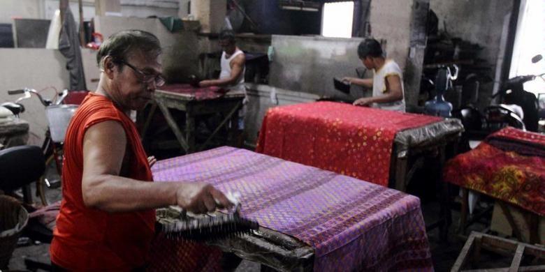 Para perajin menyelesaikan pembuatan batik cap di salah satu workshop toko batik di kawasan Kampung Batik Laweyan, Kota Solo, Rabu (9/4/2013). Sebagai sentra batik tertua di Solo dan kawasan heritage, Laweyan menjadi salah satu tujuan wisatawan bila mengunjungi kota ini.
