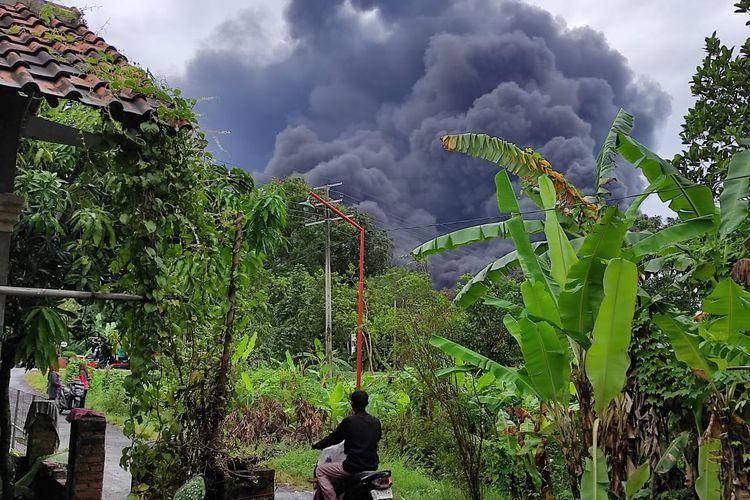 Warga saat berhamburan keluar rumah menjauhi bunyi ledakan tangki kilang minyak RU VI Balongan Indramayu, Rabu (31/3/2021).