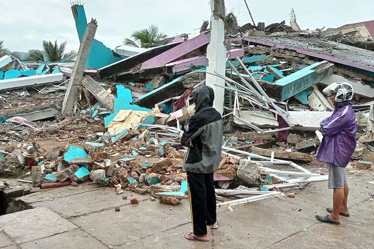 Warga mengamati bangunan RS Mitra Manakarra yang roboh pascagempa bumi, di Mamuju, Sulawesi Barat, Jumat (15/1/2021). Petugas BPBD Sulawesi Barat masih mendata jumlah kerusakan dan korban akibat gempa bumi berkekuatan magnitudo 6,2 tersebut.