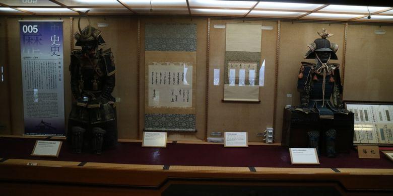 Jubah perang masa lalu yang disimpan di Kastil Matsuyama di Kota Matsuyama, Jepang.