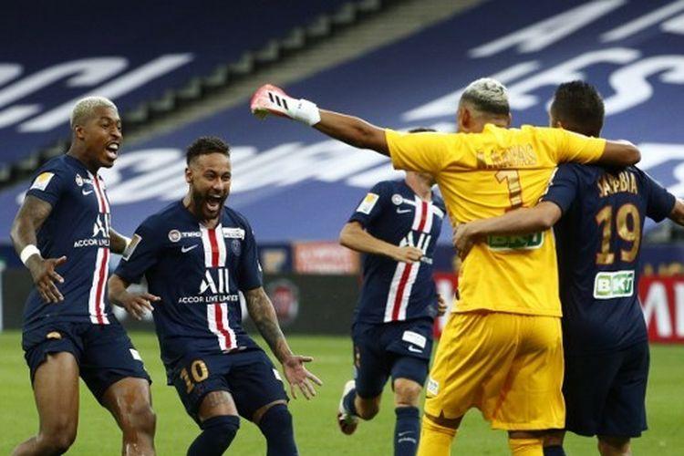 Selebrasi para pemain Paris Saint-Germain (PSG) setelah memastikan gelar Piala Liga Perancis 2019-2020 dengan menundukkan Lyon pada partai final.