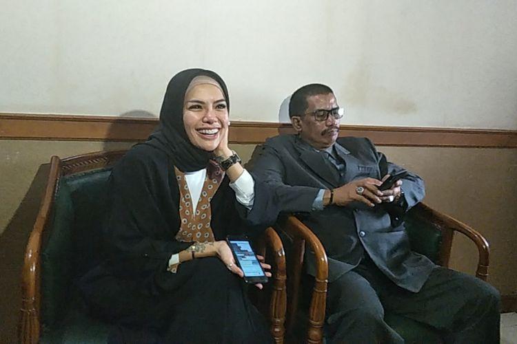 Nikita Mirzani didampingi oleh kuasa hukumnya menghadiri sidang pertama perceraiannya dari Ahmad Dipo Ditiro Latief di Pengadilan Agama Jakarta Selatan, Rabu (1/8/2018).