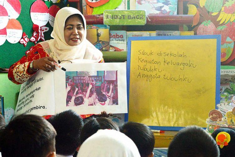 Guru kelas 1 SDN 2 Kebondalem Mojokerto, Maria Ulfa mengajak siswa membaca dengan Big Book