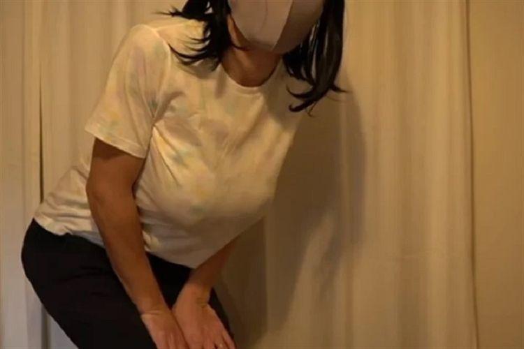 Chiharu, seorang Youtuber Jepang dalam salah satu videonya. Berhasil mendapatkan 20.000 pengikut dalam waktu singkat, Chiharu akhirnya membuka sosoknya sebagai pria 37 tahun dengan payudara silikon.