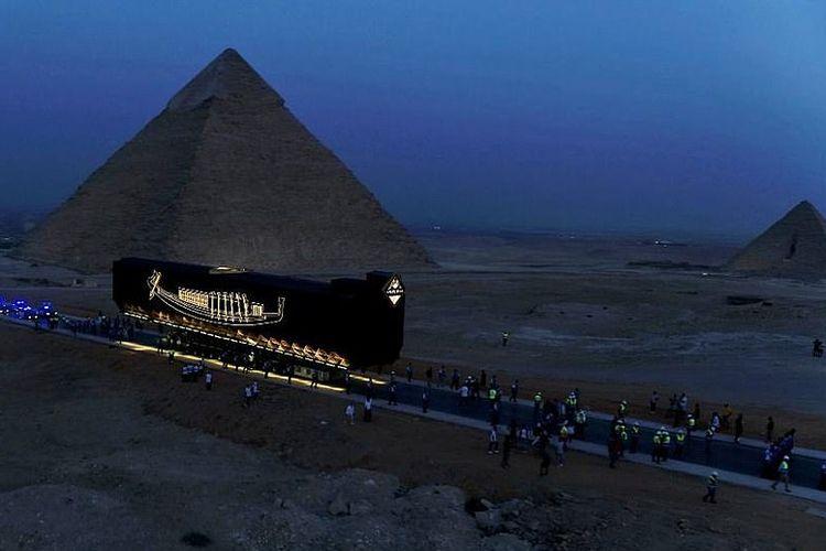Mesir secara utuh mengangkut kapal surya utuh Firaun Khufu yang berusia sekitar 4.600 tahun ke museum besar yang akan segera diresmikan di negara itu, kata kementerian barang antik pada hari Sabtu (7/8/2021)