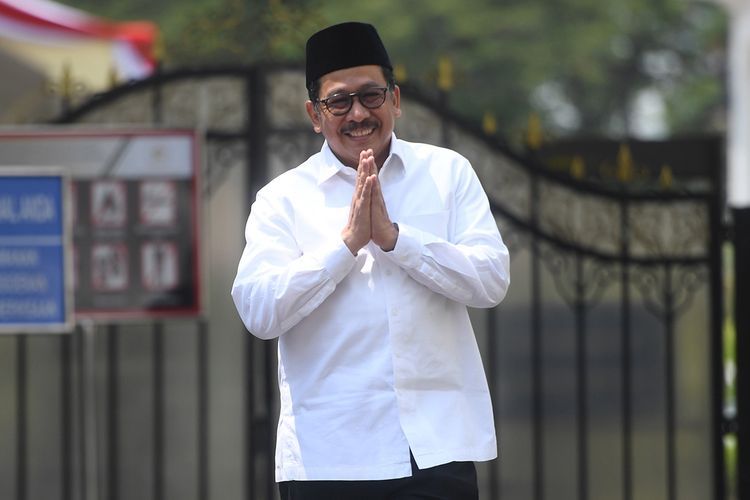 Calon Wakil Menteri Agama Zainut Tauhid Saadi memberikan salam usai bertemu Presiden Joko Widodo di Kompleks Istana Kepresidenan, Jakarta, Jumat (25/10/2019). Hari ini, Presiden Joko Widodo memperkenalkan 12 orang sebagai wakil menteri yang akan membantu kinerja Kabinet Indonesia Maju.