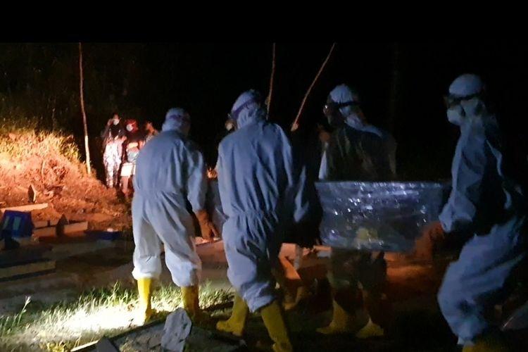 Proses pemakaman pasien dalam pengawasan (PDP) terkait corona di Pulau Belitung, Selasa (7/4/2020) malam.