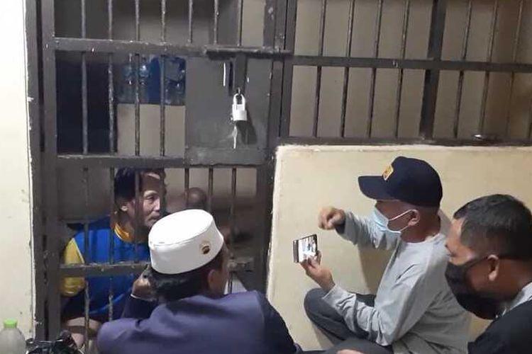 AA (37), penganiaya dan penyekap istrinya yang baru 17 tahun. Perbuatan kasar AA terungkap setelah istrinya berhasil kabur melalui plafon toilet. Keduanya menikah siri sejak istrinya berusia 13 tahun.
