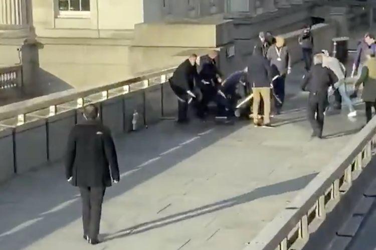 Potongan rekaman video yang beredar memperlihatkan sekelompok orang berusaha membekuk pelaku teror di London Bridge, London, Inggris, pada 29 November 2019. Dua orang tewas dalam aksi tersebut dengan pelaku disebut telah diketahui.