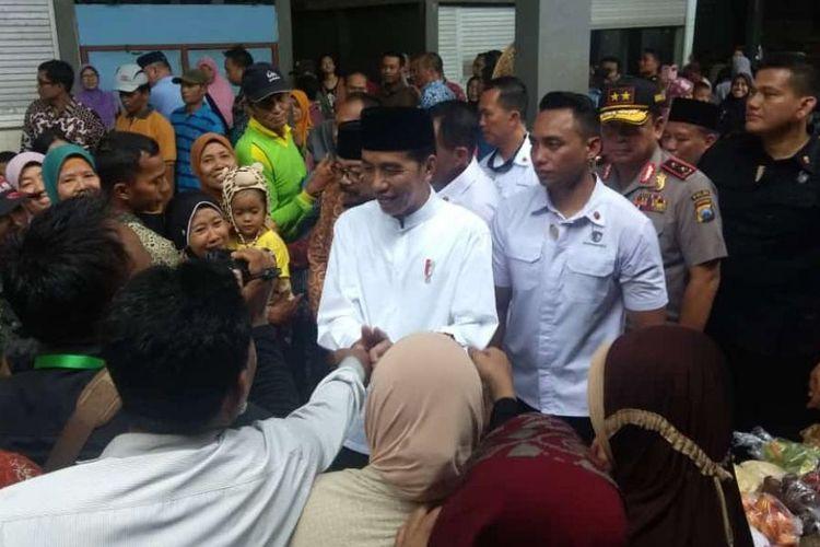Presiden Joko Widodo (tengah) saat berkunjung ke Pasar Sidoharjo, Lamongan, Senin (19/11/2018).