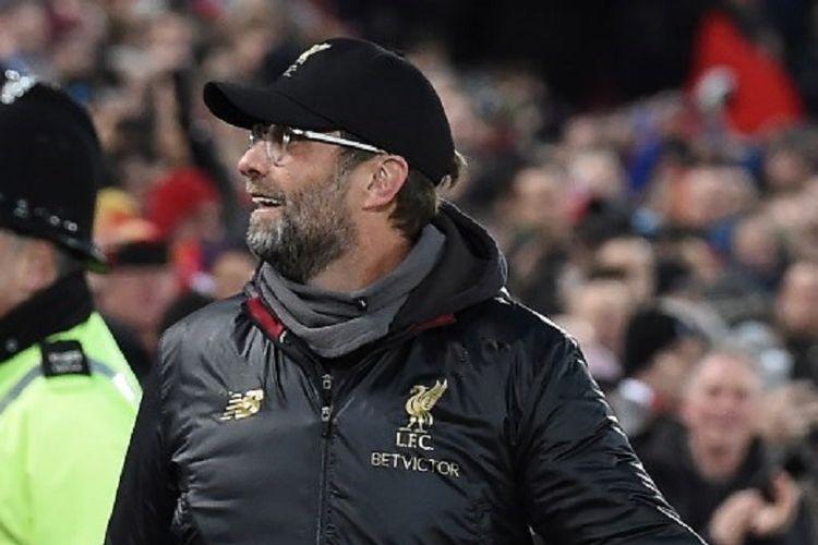 Juergen Klopp tampak membalas senyuman penonton di Stadion Anfield sebelum laga Liverpool vs Manchester United dalam pertandingan pekan ke-17 Liga Inggris, 16 Desember 2018.