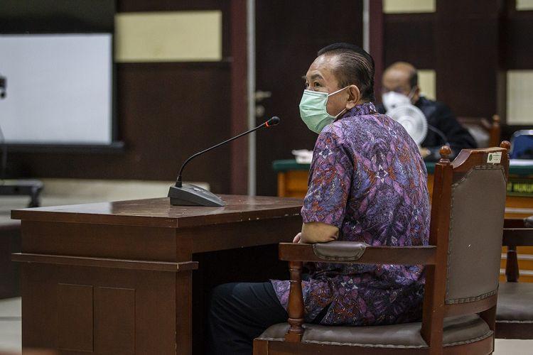 Terdakwa kasus surat jalan palsu Djoko Tjandra menjalani sidang pembacaan putusan di Pengadilan Negeri Jakarta Timur, Jakarta, Selasa (22/12/2020). Majelis Hakim menjatuhkan vonis dua tahun dan enam bulan penjara kepada Djoko Tjandra karena terbukti bersalah dalam kasus pemalsuan surat jalan, surat keterangan pemeriksaan COVID-19 dan surat rekomendasi kesehatan untuk dapat masuk ke Indonesia. ANTARA FOTO/Dhemas Reviyanto/wsj.