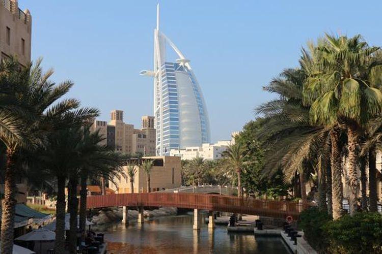 Burj Al Arab tampak dari Madinat Jumeirah the Arabian Resort.