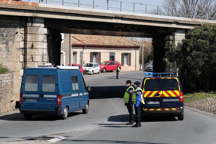 Kepolisian Perancis memblokir jalan masuk ke kota Trebes, tempat seorang pria melakukan penyanderaan di sebuah supermarket, Jumat (23/3/2018).