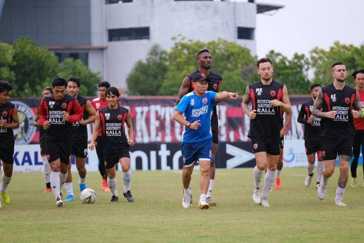 Para pemain PSM Makassar saat berlatih di Stadion Tuah Pahoe kandang Kalteng Putra FC di Palangkaraya, Sabtu (9/11/2019).