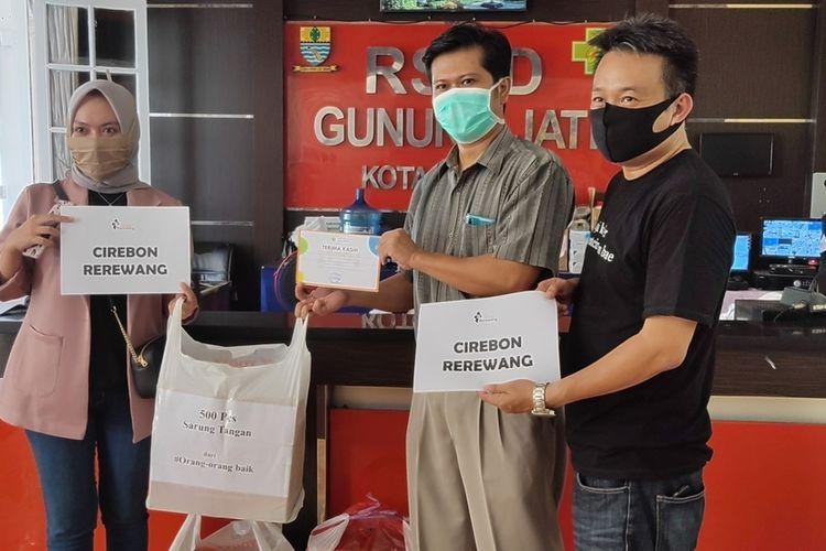 Yayasan Cirebon Rerewang memberikan bantuan APD untuk tenaga medis di Rumah Sakit Daerah (RSD) Gunung Jati Cirebon, Sabtu (4/4/2020). Gerakan aksi solidaritas ini sangat dibutuhkan warga terdampak, pekerja harian, dan tenaga medis yang berada di garda terdepan.