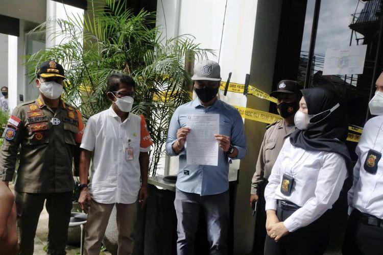 Satpol PP DKI Jakarta menutup Kafe Kilo Kitchen & Lounge di kawasan Senopati tepatnya di Jalan Gunawarman No 16, Selong, Kebayoran Baru, Jakarta Selatan secara permanen pada Kamis (17/12/2020).