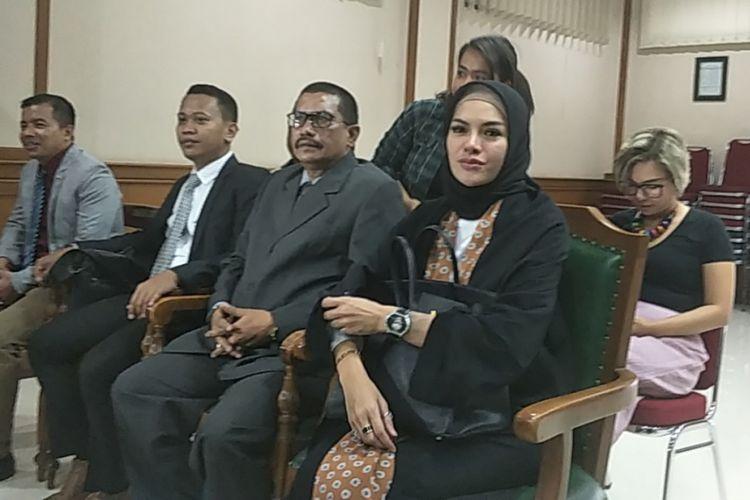 Nikita Mirzani (kanan depan) didampingi tim kuasa hukumnya hadir dalam sidang pertama gugatan cerainya terhadap Ahmad Dipo Ditiro Latief di Pengadilan Agama Jakarta Selatan, Rabu (1/8/2018).