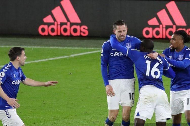 Para pemain Everton merayakan gol Gylfi Sigurdsson ke gawang Sheffield United pada laga lanjutan pekan ke-15 Liga Inggris 2020-2021 di Stadion Bramall Lane, Sabtu (26/12/2020) atau Minggu dini hari WIB.