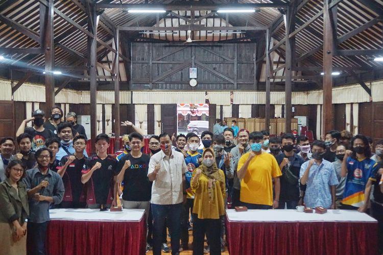 Bupati Purbalingga, Jaw Tengah, Dyah Hayuning Pratiwi berfoto bersama puluhan komunitas penghobi esport lokal, Minggu (2/8/2020).