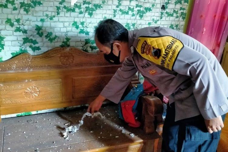 Polisi memeriksa lokasi rumah yang tertimpa petasan balon udara di Kelurahan Karangsentul, Kecamatan Padamara, Purbalingga, Jawa Tengah, Sabtu (15/5/2021).