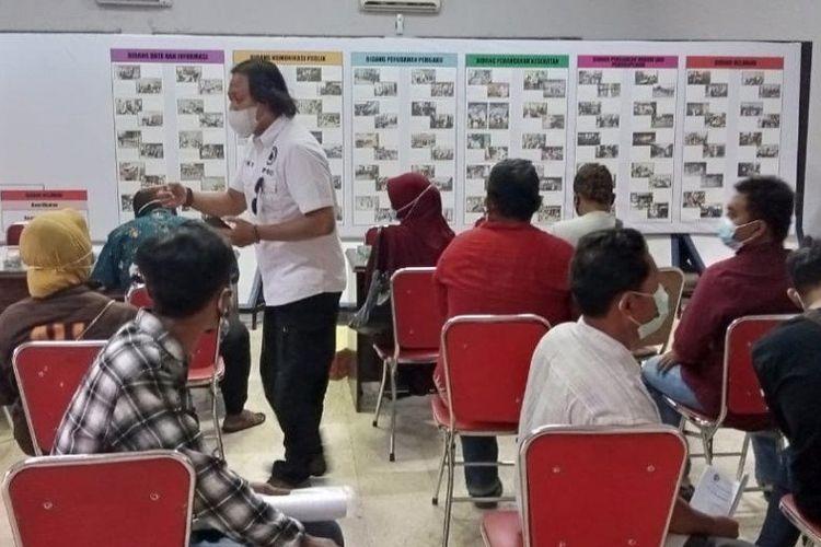 Pemohon mengantre giliran memasukkan formulir permohonan izin hajatan di Tulungagung, Rabu (19/5/2021).