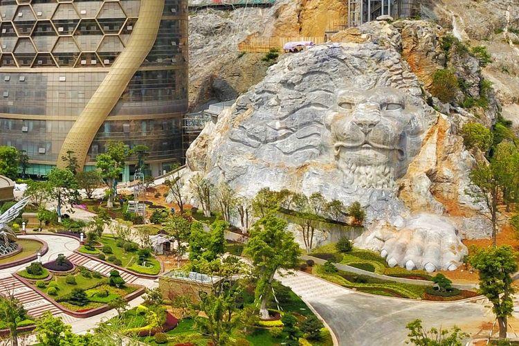 Patung China Raksasa yang dipahat di batu besar di Nanjing Honeycomb Hotel