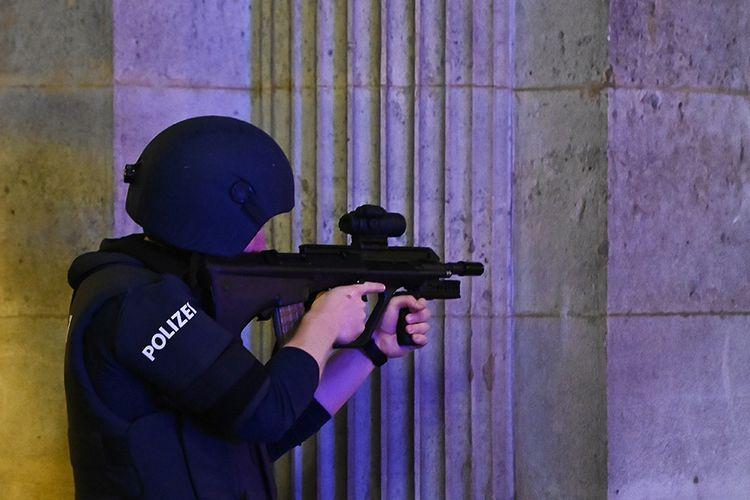 Polisi bersenjata berjaga di dekat gedung opera di Wina, Austria, menyusul insiden penembakan di pusat kota, Senin (2/11/2020). Sejumlah orang bersenjata menyerang enam lokasi di Wina pada Senin malam, menewaskan sedikinya 2 orang dan melukai 14 orang.